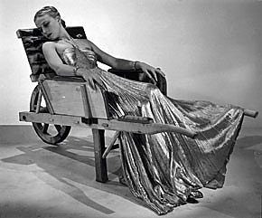 "Mano Ray (1937) mados fotografija ""Modelis su ""Vionnet"" suknele (Lee Miller)"". © Man Ray Trust/ADAGP, Paris and DACS, London 2006"