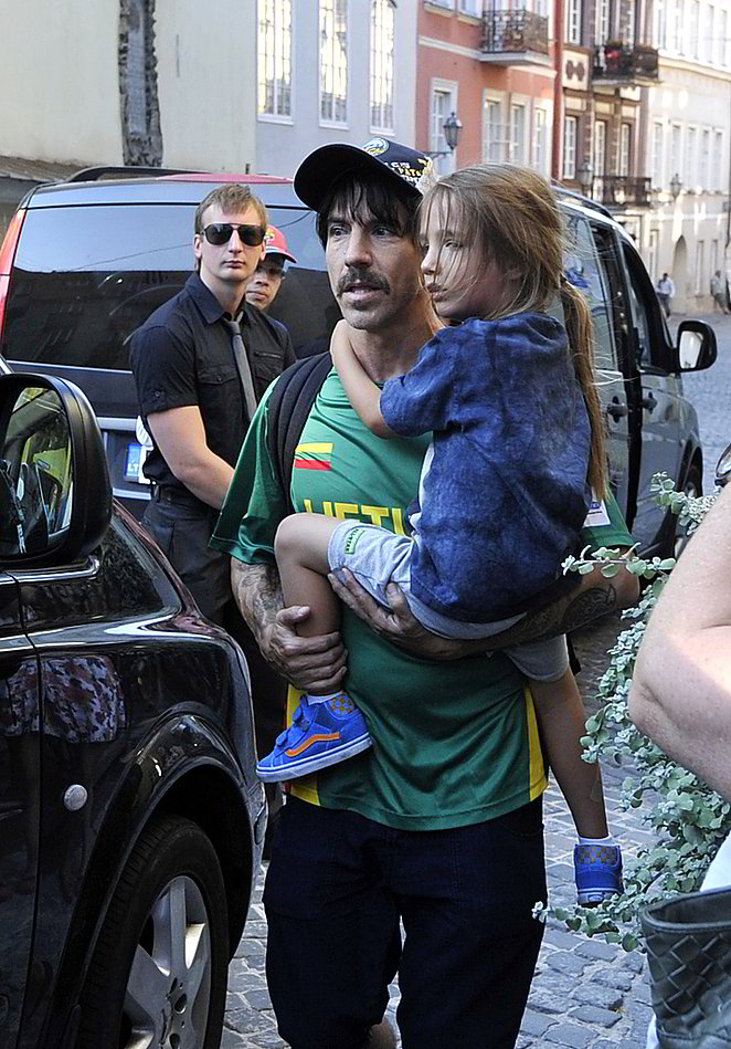 """Red Hot Chili Peppers"" dainininkas A. Kiedis su sūnumi Everly Bearu."