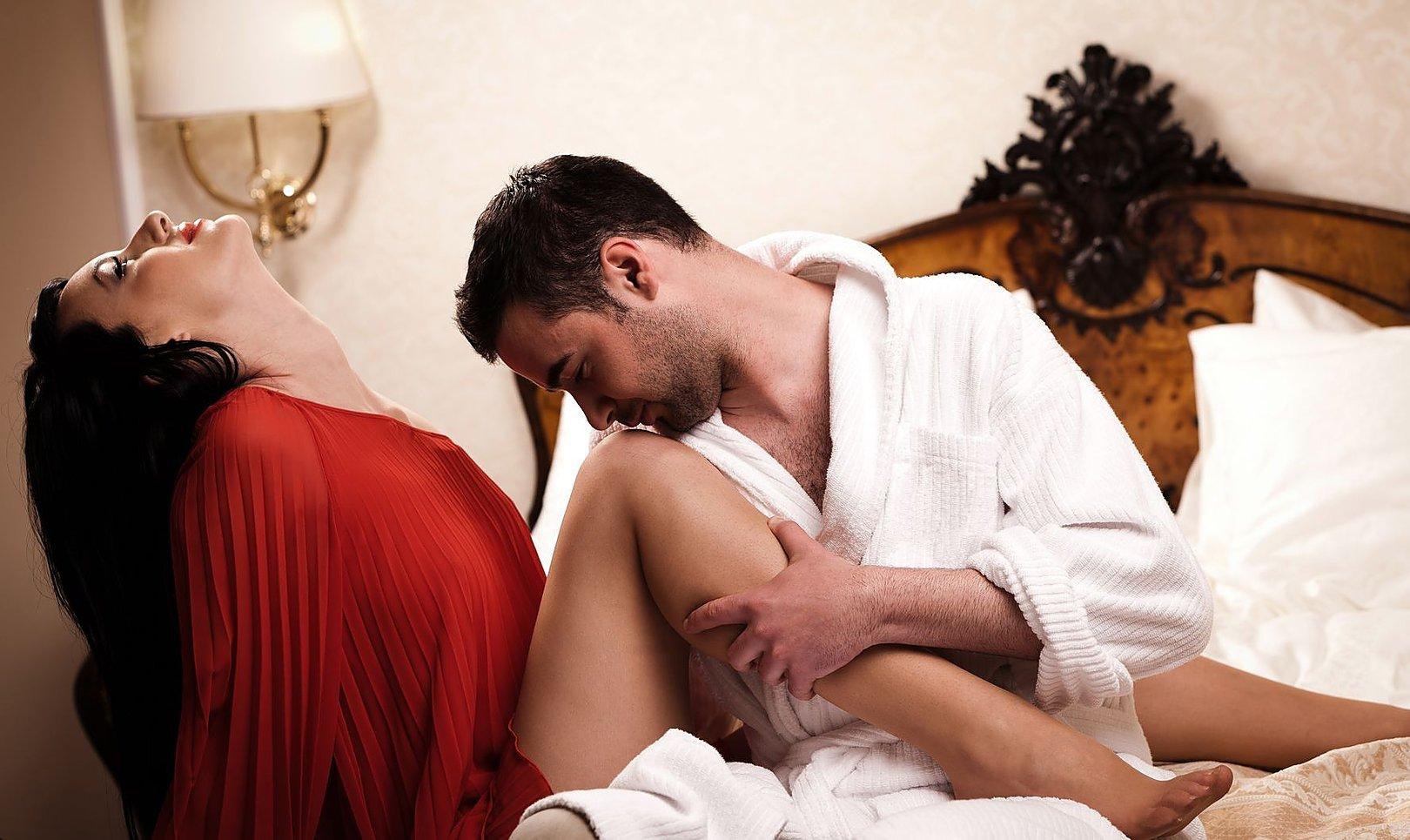 Целует жене ноги, Муж целует ноги жене, которую ебет любовник - смотрите 18 фотография